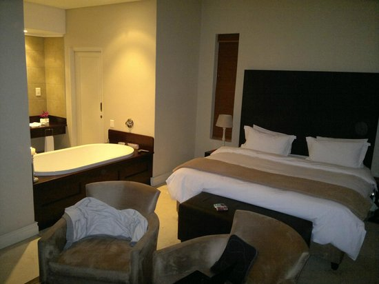 Gaikou Lodge: Very nice, modern styled rooms with a large open-plan bathtub