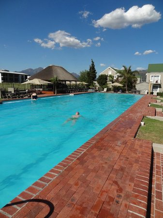 Protea Hotel by Marriott Stellenbosch: The large salt-water pool