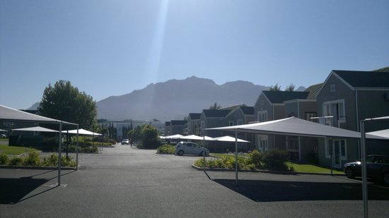 Protea Hotel by Marriott Stellenbosch: View from the entrance towards the room buildings