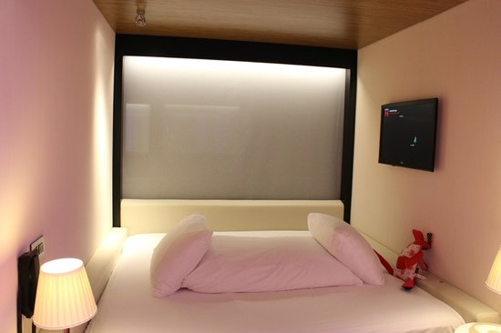 citizenM London Bankside: Comfy bed with TV