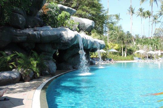 Duangjitt Resort & Spa : Cascata artificiale in una delle piscine