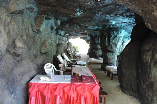 Duangjitt Resort & Spa: Zona massaggi sotto la cascata