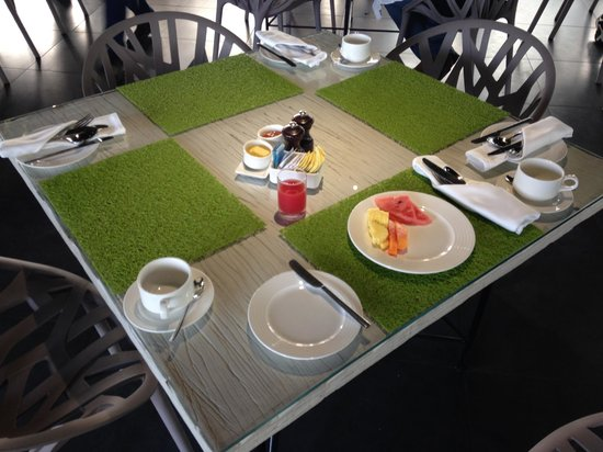 Waterstones Hotel : Restaurant for breakfast. Faux grass placemats!
