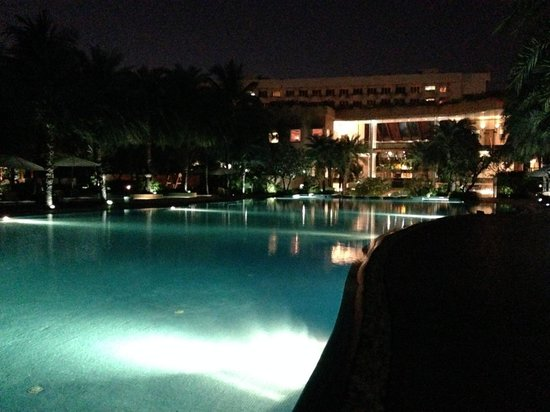 Waterstones Hotel: The giant pool at night. Amazing!