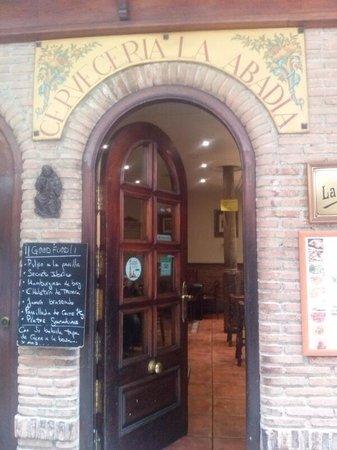 Cerveceria La Abadia: la entrada al bar