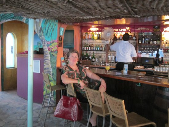 Coconut Grove Restaurant: Trying to relax at the bar while waiting for my Banana Wop!!