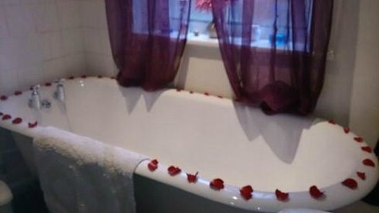 Acorns of Lyndhurst: Allium room's roll top bath decorated for Valentine's Day