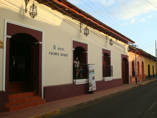 Hotel Cacique Adiact : hotel from street