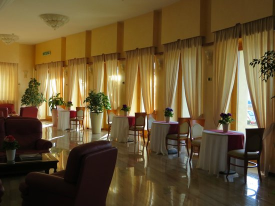 Astura Palace Hotel: Beautiful light in the breakfast room