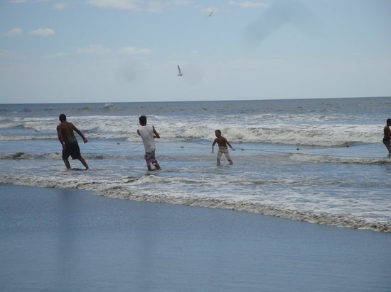Playa Poneloya: fishermen pulling their net