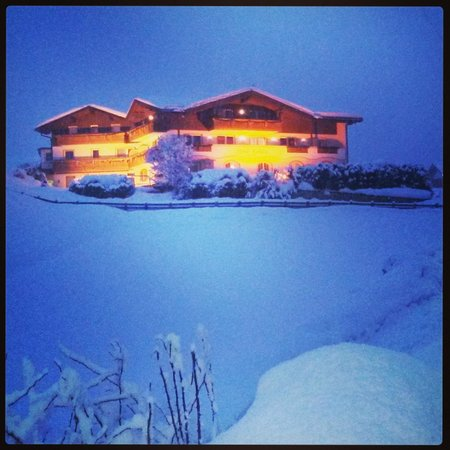 Hotel Rodella: L'hotel al crepuscolo, sotto la neve!