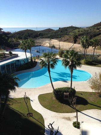 DoubleTree by Hilton Hotel Resort & Spa Reserva del Higueron : Aussen Pool mit Beachvolleyball und Tennisplätzen
