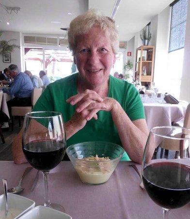 Sabor: Martine met voorgerecht, de crème van aardappel met gepocheerd ei en truffel