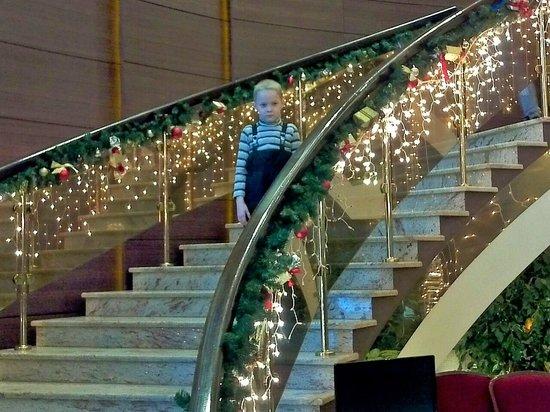Riviera: лестница в холле