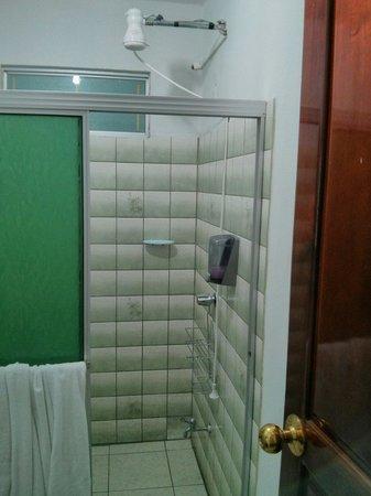 Hotel Arenal Bromelias: Un seul robinet pour la douche... Chambre 23 au rdc. La chambre 21, rénovée, a deux robinets et