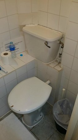 Kensington Court Hotel Notting Hill: horrible facilities - flush takes close to 15 - 20 mins to reload and VERY noisy