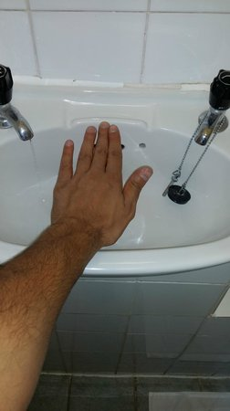 Kensington Court Hotel Notting Hill: Smallest sink on earth. Smaller than my hand. im 5'10 (178cm) and very normal sized man