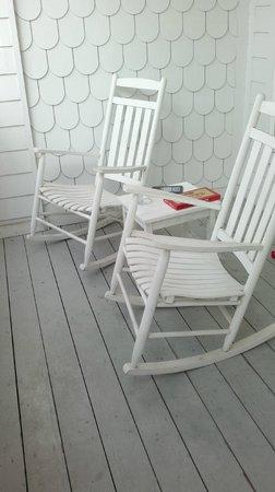 Lighthouse Inn at Aransas Bay: nice rocking chairs on mold-covered balcony