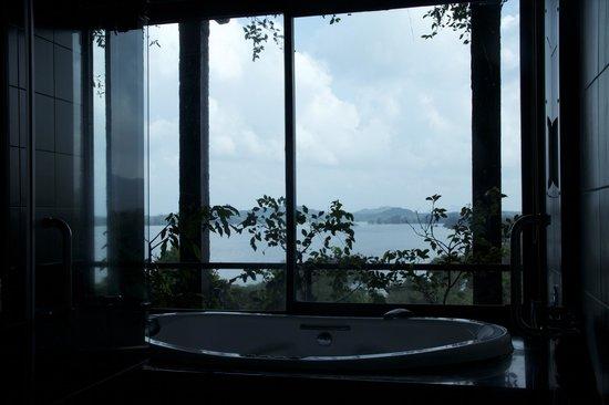 Heritance Kandalama : view from bathroom