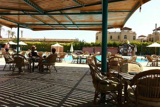 Sharm Cliff Resort: Навес, чтоб спрятаться от солнца