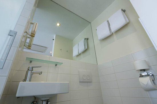 easyHotel Den Haag City Centre: Bathroom