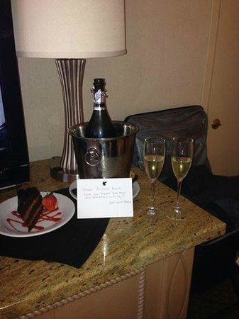 JW Marriott New Orleans: Champagne and cake