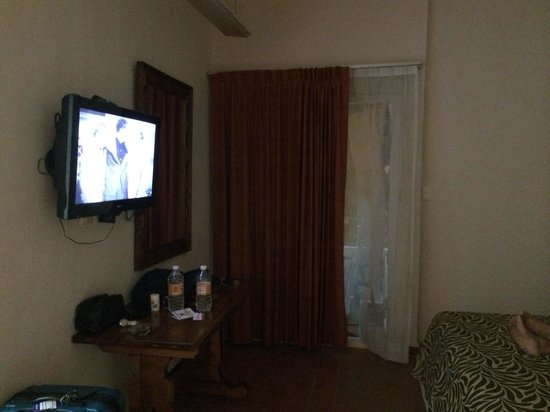 Kin Mayab: Flat screen tv with balcony outside. Has a glass sliding door.