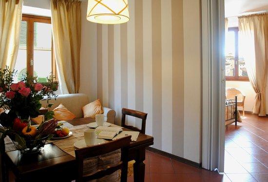 Residence La Medicea: Apt Primavera: la zona pranzo con il divano letto matrimoniale