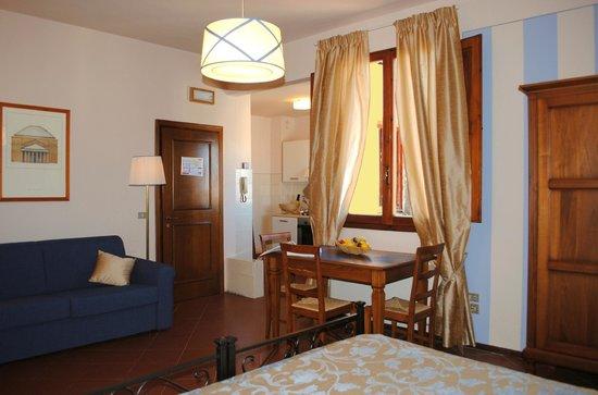 Residence La Medicea: Apt Ercole: la zona pranzo con il divano letto matrimoniale
