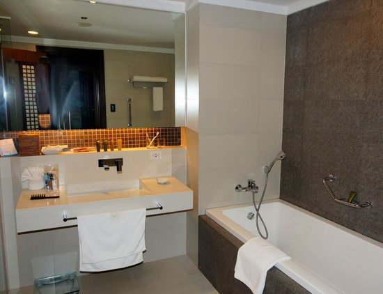 The Bellevue Resort Bohol: Modernes Badezimmer