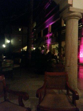 Hotel & Bungalows Mayaland: Bar Patio at night