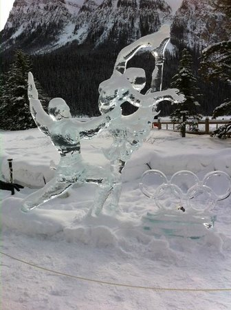 Lac Louise (Lake Louise) : Skaters Ice Sculptures.