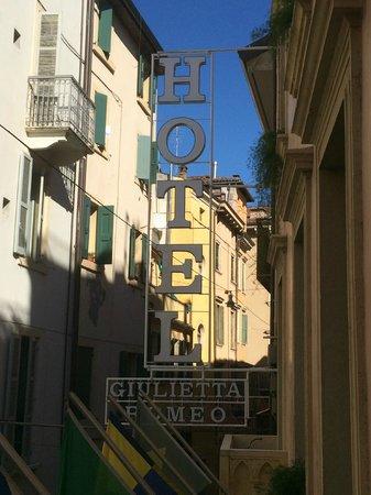 Giulietta e Romeo Hotel: insegna vista dal balcone