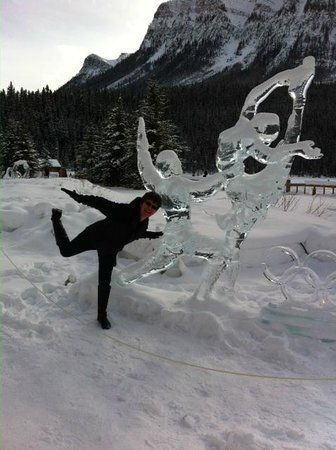 Lac Louise (Lake Louise) : Jan and her ice sculpure performance LOL