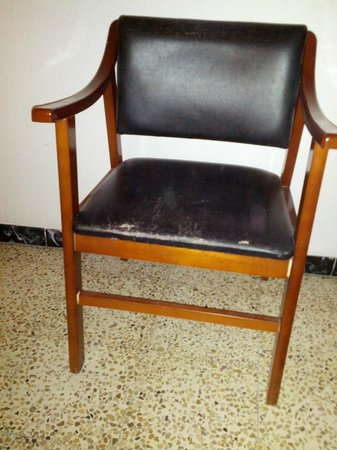 Esmeralda Beach Hotel: Chair in the room with the faux leather cracked