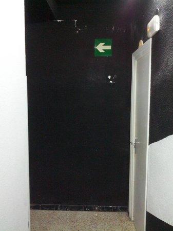 Esmeralda Beach Hotel: Chipped paintwork in the corridor