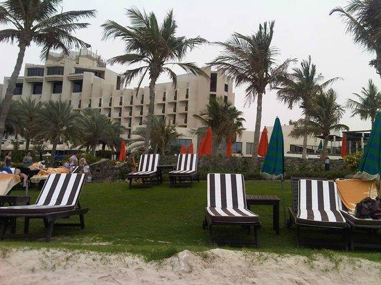 JA Jebel Ali Beach Hotel: Вид отеля с пляжа