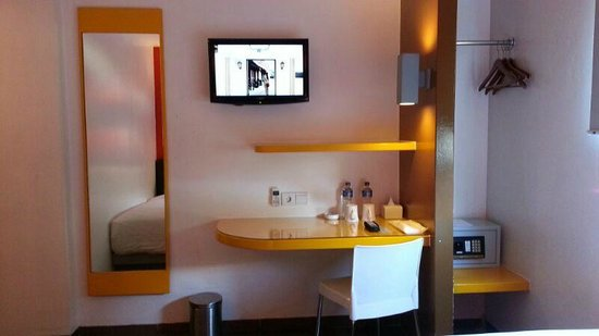 Amaris Hotel Cihampelas : View of TV and table in room from bed