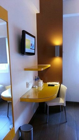 Amaris Hotel Cihampelas : View of TV and table in room from entrance