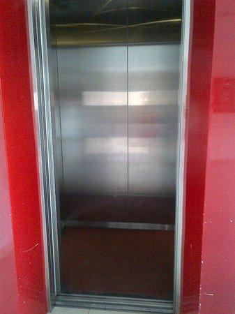 Amaris Hotel Cihampelas : Very small elevator