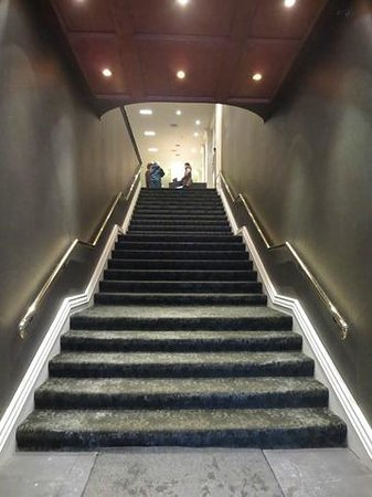 Hotel Manoir Victoria : Stairs at main entrance