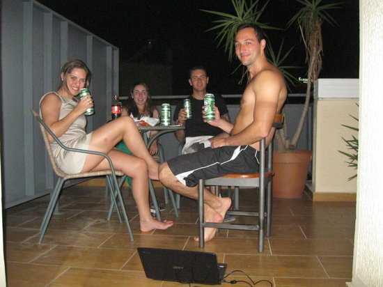 Stalis Hotel: Tomando uma cerveja e combinando a proxima viagem
