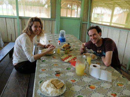 Libertad Jungle Lodge : Aurel et Mag au repas