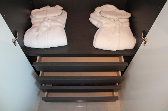 Reykjavik Harbour Apartments: Bathrobes and slippers in all bedroom closets
