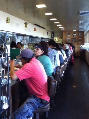 Liliha Bakery : カウンターのみの食堂エリア