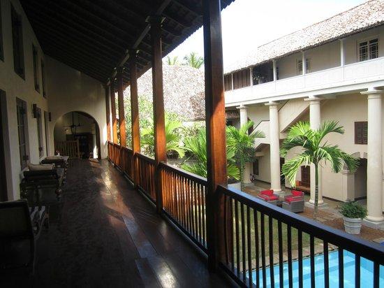 Galle Fort Hotel: Veranda mit Liegen