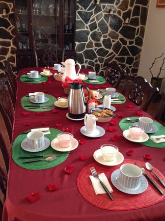 Casa Los Arquitos B&B: Valentine's Day breakfast. Yes those are fresh rose petals on the table!