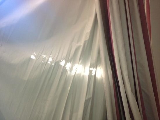 Hotel Sir Anthony: Holes in bedoom curtains