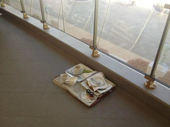 Hotel Sir Anthony: Dirty food tray outside room.