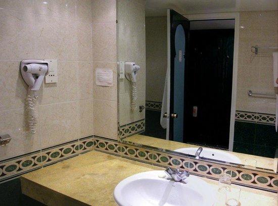Hotel Volubilis: Washroom